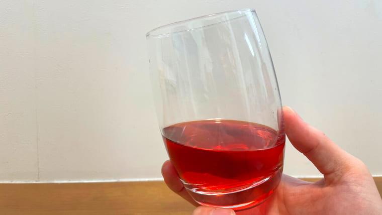 美酢が入ったグラスを持ったイメージ画像