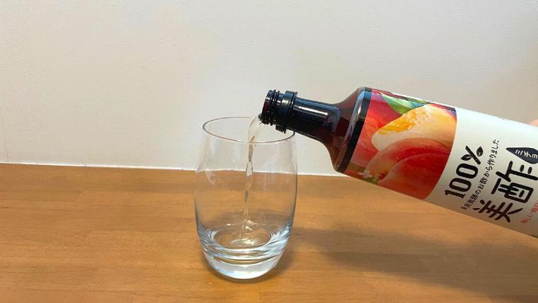 美酢ミルクの飲み方:美酢を注ぐ