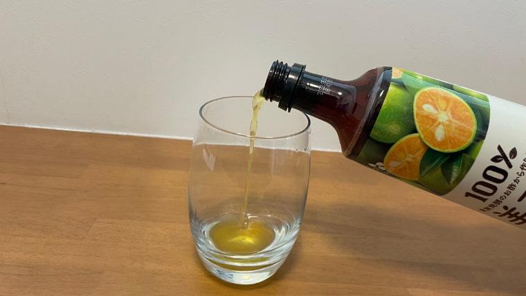 クラフト美酢ビールの飲み方:グラスに美酢を注ぐ