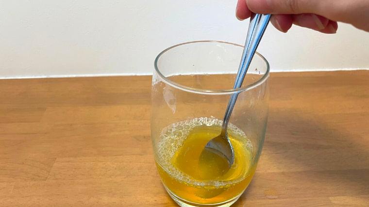 クラフト美酢ビールの飲み方:スプーンでかき混ぜる