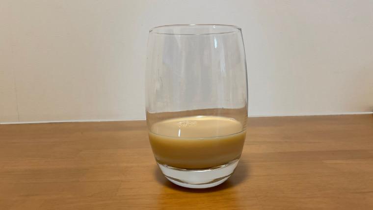 カロリーメイトカフェオレ味(リキッドタイプ)をグラスに注いだ画像