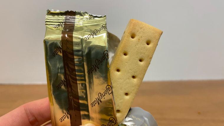 カロリーメイトチーズ味(ブロックタイプ)の封を開けた画像