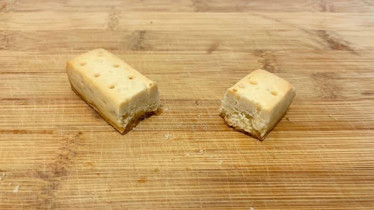 カロリーメイトチーズ味(ブロックタイプ)の断面図の画像