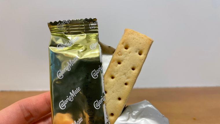 カロリーメイトプレーン味(ブロックタイプ)の封を開けた画像